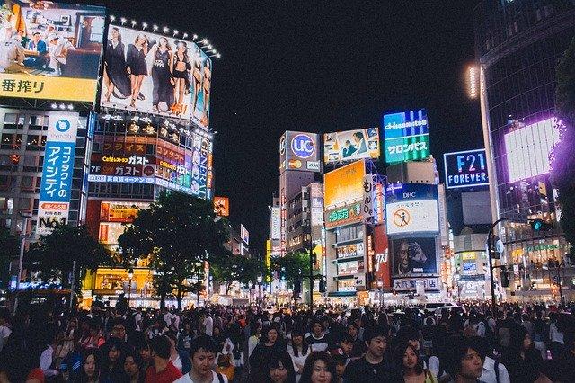 夜の渋谷駅前の混雑で人がいっぱい